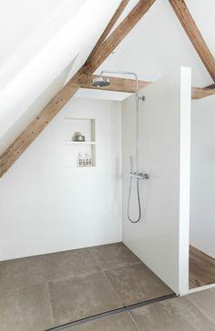 Ein Badezimmer unter Abhang oder Dachboden in 52 F. - A bathroom under the hillside or attic in 52 feet - . Attic Master Bedroom, Attic Bathroom, Attic Rooms, Bathroom Interior, Shower Bathroom, Modern White Bathroom, Simple Bathroom, Bathroom Ideas, Bathroom Photos