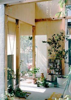 House Komazawa Park by miCo, Japanese architecture studio. Patio Interior, Home Interior, Interior Architecture, Interior And Exterior, Interior Design, Simple Interior, Japanese Architecture, Interior Plants, Design Apartment