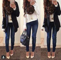 Jesns skinny blusa sweater blanco tejido con chamarra negra y pashmina cafe