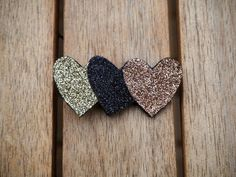 3 hearts - diy leather / textile brooch Broche en feutrine, tricolre et pailletée Fabric Stars, Felt Brooch, Couture Sewing, Bijoux Diy, Girls Hair Accessories, Easy Gifts, Diy Earrings, Diy Hairstyles, Craft Gifts