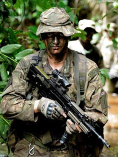 MARINE JUNGLIE Royal Marines Commando in his element. Royal Marines with 45 Commando pictured during jungle training on Exercise African Winds at the Jungle Warfare School, Ghana. British Royal Marines, British Army Uniform, British Armed Forces, Military Police, Military Weapons, Military Art, Indian Army Special Forces, Marine Commandos, Rangers