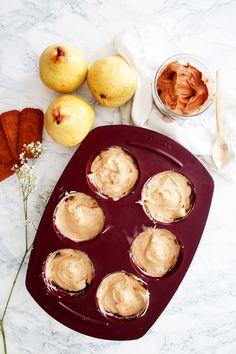 Une recette de muffins poires - spéculoos qui offre un joli combo de saveurs entre la cannelle et le goût doux et sucré de ce joli fruit.