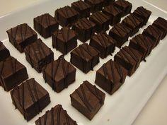 Ooh, saglig julefryd! Denne chokolade-fudge er i den grad syndig - så syndig, at den bør foræres væk, så den ikke ligger i køkkenet til e...