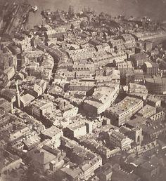 """A primeira fotografia aérea A primeira fotografia aérea não foi feita por um drone, com certeza. E nem por um avião. Ela foi capturada de um balão de ar quente em 1860. Esta fotografia aérea mostra a cidade de Boston à 610 metros de altura. O fotógrafo James Wallace Black intitulou seu trabalho """"Boston, como uma águia e um o ganso selvagem veriam""""."""