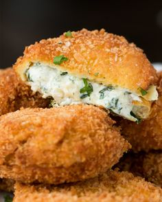 Spinach Artichoke Dip Onion Rings 53 Insanely Popular Party Food Recipes You Need In Your Life Finger Food Appetizers, Yummy Appetizers, Finger Foods, Appetizer Recipes, Dinner Recipes, Aperitivos Finger Food, Bette, Vegetarian Recipes, Cooking Recipes