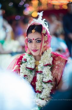 Here are the steps to help you make a Bengali Bridal Makeup look designs.you can check out the bengali brides photos and pictures in this articles. Bengali Bridal Makeup, Bengali Wedding, Bengali Bride, India Wedding, Bridal Makeup Looks, Indian Bridal Fashion, Desi Wedding, Bridal Looks, Indian Makeup