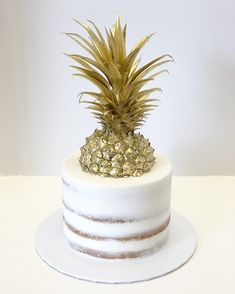 Semi Naked Single tier and Gold Pineapple Gold Pineapple, Pineapple Cake, Pretty Cakes, Cute Cakes, Hawaii Cake, Golden Cake, 3 Tier Wedding Cakes, Birthday Cake Decorating, Cake Decorating Techniques