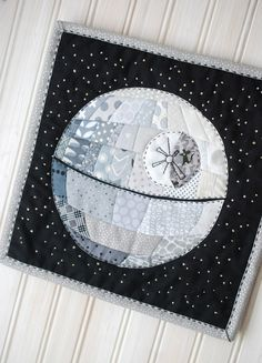 Patchwork Death Star // wild olive - the cutest mini quilt project with a Star Wars theme This would be amazing with tonal grey texty prints! Star Wars Quilt, Mini Quilts, Baby Quilts, Star Quilts, Quilting For Beginners, Sewing Projects For Beginners, Beginner Quilting, Easy Projects, Cadeau Star Wars