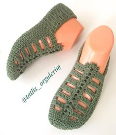 Best 12 The cloister shell shawl crochet tutorial – Artofit – Page 729864683342736900 – SkillOfKing. Crochet Slipper Boots, Crochet Sandals, Knitted Slippers, Crochet Slipper Pattern, Granny Square Crochet Pattern, Crochet Patterns, Knitting Socks, Baby Knitting, Crochet Baby