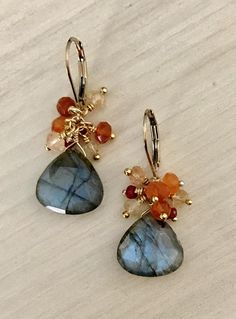 Labradorite and Garnet Cluster Earring - DIY Schmuck Wire Jewelry, Jewelry Crafts, Beaded Jewelry, Jewelry Ideas, Silver Jewelry, Wire Rings, Jewelry Tree, Jewelry Armoire, Glass Jewelry
