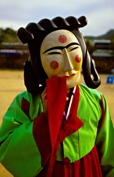 Mask dance drama (Hahoe Pyolshin-guttal-Nori) Hahoe Folk Village, near Andong, South Korea Korean Wave, Korean Girl, Mask Dance, Korean Products, Korean Traditional, Mask Design, South Korea, Folk, Asian