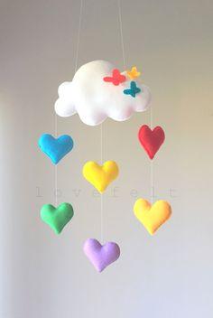 BIENVENIDO A LOVEFELT CREACIONES ♥  Todos los móviles están hechos con mucho amor, con una gran cantidad de atención y consideración en su diseño y producción.   DETALLES Y DIMENSIONES: ======================= Cada elemento de la felpa se crea con fieltro, ligeramente lleno con relleno de poliéster hipoalergénico.  Los tamaños de felpas:  Corazones de 3.5 x 4  La nube mide 8 x 5 y encerrado allí es una cadena larga para colgar del techo.  (Utilice un gancho seguro!)  Total Tamaño instalado…