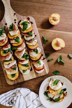 salada caprese l Salada Caprese, Caprese Salat, Clean Eating Snacks, Healthy Eating, Dinner Healthy, Appetizer Recipes, Appetizers, Peach Appetizer, Party Recipes