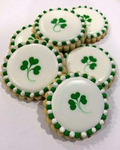 """Shamrock Cookies patricks day sayings 24 St. Patrick's Day Desserts to Make you Say """"I Love Baking"""" - Hike n Dip Cookies Cupcake, St Patrick's Day Cookies, Super Cookies, Fancy Cookies, Iced Cookies, Easter Cookies, Cookies Et Biscuits, Holiday Cookies, Irish Cookies"""