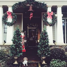 Now this is some seriously stylish holiday curb appeal! Bravo, @waitingonmartha!
