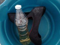SAPATO COM REVESTIDO EM TECIDO Dia de faxina é assim, você vai organizar e limpar a sapateira e eis que encontra um par de sapatos com mofo! Meo Deos! E agora José? Não se desespere, é só limpar com nosso faz tudo quebra galho, o The Best, Super, Hiper, Mega – VINAGRE DEÁLCOOLBRANCO. Molha um…