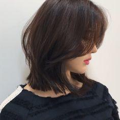 #긴단발 레이어드 컷 무게감 있는 라인에 볼륨감은 약간에 층으로👆🏼 ✔️ 페이스 라인을 타고 부드럽게 흐르는 사이드 뱅✨ . . . ▫️상담문의는 오픈카톡, 디엠💌 ▪️빠른 예약 문의는 02-514-1150 🍏더 빠른 예약은 네이버로👆🏼 . .… Medium Hair Cuts, Short Hair Cuts, Medium Hair Styles, Curly Hair Styles, Short Hairstyles For Women, Pretty Hairstyles, Hairstyles Haircuts, Pelo Ulzzang, Pixie Cut
