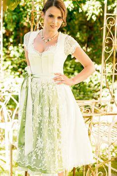 """Ein unglaublicher Brautdirndl-Traum ist das Model """"Natalie"""" von Krüger Feelings. Die Besonderheit: Das Hochzeitsdirndl kommt mit zwei Schürzen und somit auch nach der Hochzeit noch universell als festliches Dirndl verwendbar."""