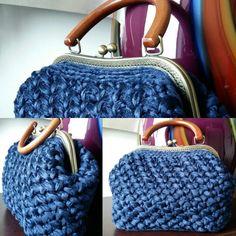7-Crochet Bag in velluto blu, con manico in legno e chiusura clic clac, con fodera color rosso cardinale e tasca interna
