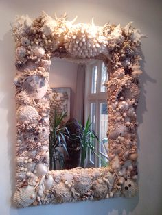 In the Netherlands there is only one place where interior design, art and the world's oceans meet: Shellman Gallery in Amsterdam. Seashell Frame, Seashell Art, Seashell Crafts, Beach Crafts, Sea Glass Crafts, Resin Crafts, Shell Mirrors, Seashell Projects, Quiche Recipes