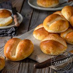Original Schweizer Weggli – Rezept von Streusel Tasty Bread Recipe, Bread Recipes, Baking Recipes, No Bake Desserts, Dessert Recipes, Fun Recipes, Recipies, Low Carb Köstlichkeiten, The Duff