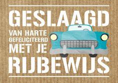 Stoere felicitatiekaart met hippe letters en oldtimer op een achtergrond van kraftpapierprint, voor het halen van auto rijbewijs. Ontwep: Revista