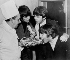 The Beatles enjoy pizza from the kitchen of the Sheraton Hotel at Potts Point, Sydney, during their Australian tour, 18 June George Harrison, Beatles Band, Beatles Love, Great Bands, Cool Bands, Liverpool, Beatles Funny, The Fab Four, Panic! At The Disco