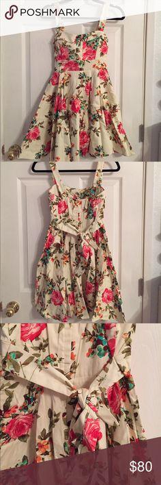 VINATGE FLOWER DRESS great quality//vintage//ties in back also has zipper//NWOT Dresses