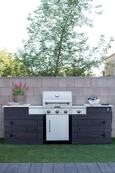 This grilling station is just one cool feature of this backyard makeover designed by Caitlin Ketcham of Desert Domicile. It's a low maintenance backyard, too! That's artificial grass you see in the ph(Cool Designs Ideas) Backyard Kitchen, Outdoor Kitchen Design, Backyard Patio, Backyard Landscaping, Outdoor Kitchens, Backyard Ideas, Simple Outdoor Kitchen, Grill Design, Patio Design