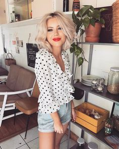 """11.1 k mentions J'aime, 82 commentaires - Laura Jade Stone (@laurajadestone) sur Instagram : """"Happy because I just ordered a large latte ☕️wearing @sundaemuse ✨"""""""