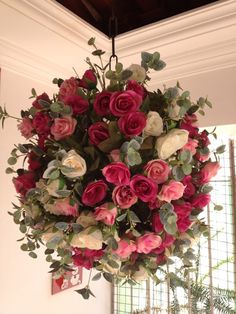 No exemplo são rosas brancas, rosas rosas cl. In the example are white roses, light and dark pink roses, all mixed together. Deco Floral, Arte Floral, Floral Design, Jewel Tone Wedding, Wedding Colors, Wedding Flowers, Christmas Flower Arrangements, Floral Arrangements, Wedding Centerpieces