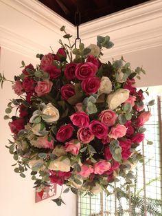 Arranjo pendente de flores (bola). No exemplo são rosas brancas, rosas rosas claras e escuras, todas misturadas. Pode ser feito também somente em rosas brancas. O diâmetro do arranjo é de aproximadamente 42 cm. R$300,00