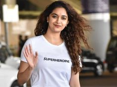 Keerthy Suresh snapped at airport looking casual in a white tee-shirt and ripped jeans! Old Hairstyles, Indian Bridal Hairstyles, Elegant Hairstyles, Saree Gown, Sari Dress, Lehenga, White Tee Shirts, White Tees, South Indian Bridal Jewellery