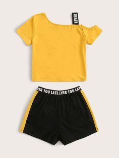 Conjunto de niñas top con slogan de cuello asimétrico con shorts de cintura con cinta | Moda de Mujer | SHEIN México Girls Fashion Clothes, Girl Fashion, Girl Outfits, Fashion Outfits, Slogan Tops, Sewing Patterns For Kids, Gym Shorts Womens, Children, Piper Clothing