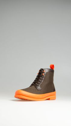 Swims Harry Boots are an hybrid between a winter boot and a galoshe. They are made of brown water resistant canvas and calf leather and feature a natural rubber galosh belt and grip sole.