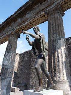 Replica bronze statue of Apollo in the ruined Temple of Apollo, Pompeii. Ancient Ruins, Ancient Rome, Ancient Greece, Ancient Art, Ancient History, Architecture Antique, Roman Architecture, Pompeii Italy, Pompeii And Herculaneum