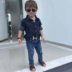 Bebé con ropa de mezclilla y huaraches Boys Dress Outfits, Cute Baby Boy Outfits, Outfits Niños, Dresses Kids Girl, Cute Outfits For Kids, Fashion Kids, Toddler Boy Fashion, Boys Winter Clothes, Boys Clothes Style