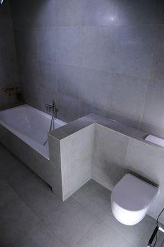 (Welbie Sanitair) Minimalistische badkamer met weinig inderhoud. Beton look tegel. Meer informatie voor eigen badkamer ontwerp op www.welbie.nl