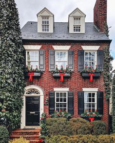 Traditional red brick homes with black shutters always make my ❤️ skip a beat, and this beauty takes my breath away! Red Brick Exteriors, Colonial House Exteriors, Red Brick Homes, Exterior House Colors, Exterior Design, Casas Containers, Black Shutters, Red Bricks, Orange Brick Houses