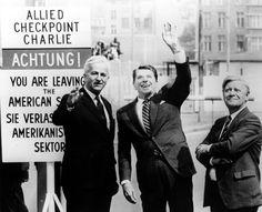 Berlin: Als Regierender Bürgermeister zeigte Weizsäcker dem US-Präsidenten Ronald Reagan den Checkpoint Charlie. Rechts der damalige Kanzler Helmut Schmidt ...