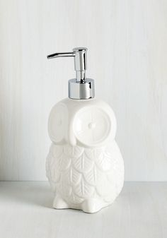Sink About It Soap Dispenser. Remind your guests to wash up before supper in refreshingly sweet style by perching this owl soap dispenser beside the sink! Owl Bathroom, Master Bathroom, Gifts For Wedding Party, Party Gifts, Stylish Home Decor, Bath Decor, Bath Accessories, Room Organization, Soap Dispenser