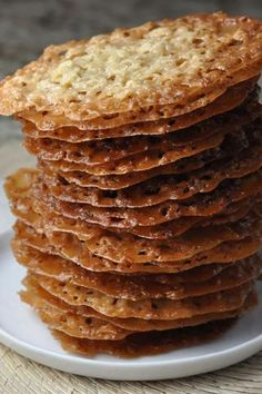 Oatmeal Lace Cookies are a thin, chewy oatmeal cookie with a deliciously sugary taste, that are stackable for easy gifting. Lace Cookies are made with just 7 staple ingredients and are so quick and easy to make! Easy Cookie Recipes, Cookie Desserts, Just Desserts, Sweet Recipes, Baking Recipes, Grandma's Recipes, Recipies, Quick Dessert Recipes, Cookie Tray