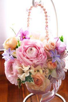 春限定!ラナンキュラス、ヒヤシンス、パンジー、旬のお花をギュッと集めたハンドバックブーケです。