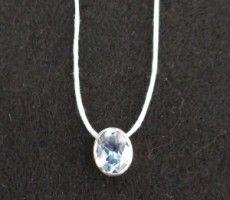 Fio de algodão com topázio azul encastrado em prata de lei