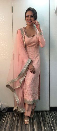 Punjabi Suit: Best Collections of Punjabi Suites Images in 2019 Indian Fashion Trends, Punjabi Fashion, India Fashion, Ethnic Trends, Indian Look, Dress Indian Style, Salwar Designs, Blouse Designs, Indian Attire
