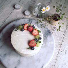 いつものお料理を、撮って、投稿!ペコリではあなたのお料理記録を、カンタンにお料理アルバムとして残すことができます。魔法のペコリカメラを使えばどんな料理も3割増し♪どんな料理でもホメられちゃう! Cake Recipes, Dessert Recipes, Desserts, Cake Decorated With Fruit, Japanese Christmas Cake, Simple Cake Designs, Cake Bouquet, Dessert Decoration, Bakery Cafe