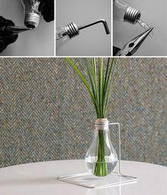 Une excellente façon de réutiliser vos vieilles ampoules pour créer un joli vase.