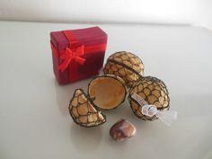 V+krabičce+Červená+nebo+bleděmodrá+papírová+krabička+v+sobě+skrývá+vlašský+ořech+odrátovaný+černým+drátkem.+Po+jeho+otevření+obdarovaného+potěší+drobný+polodrahokam+/+křišťál,+karneol,+obsidián,+howlit,růženín+a+další+/+spolu+s+příjemnou+větičkou+o+jeho+kladných+účincích.+Náhodný+výběr+minerálu.+Rozměry+krabičky+4x4x3,5+cm.