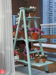 Sabe aquela sua escada velha, de madeira, que está jogada no fundo do seu quintal? Que tal transformá-la em uma linda floreira?
