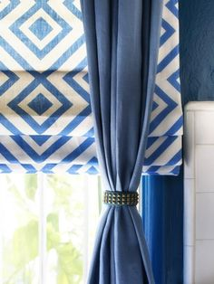 Braced With Bracelets - 10 Creative Ways to Use Household Items As Curtain Hardware on HGTV Like the roman shades with solid drape How To Make Curtains, Curtains With Blinds, Drapes Curtains, Fancy Curtains, White Curtains, Living Room Decor Curtains, Decor Room, Bedroom Decor, Rideaux Design